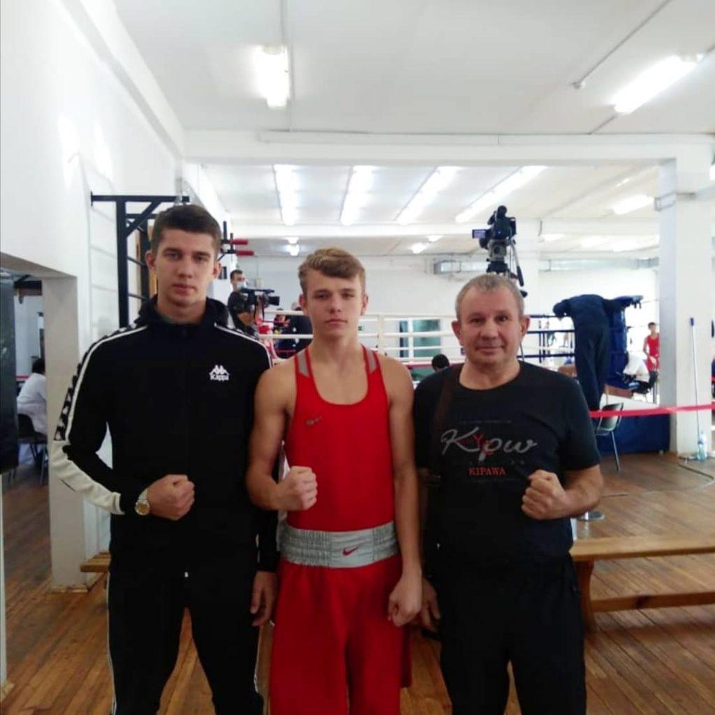 Спортсмены МБФСУ СШ отделения бокса с тренером