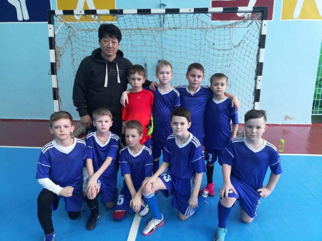 Футбольная команда, под руководством тренера Тен Юрия Григорьевича
